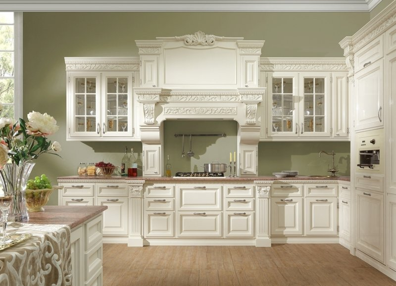 Кухня в загородном доме классика