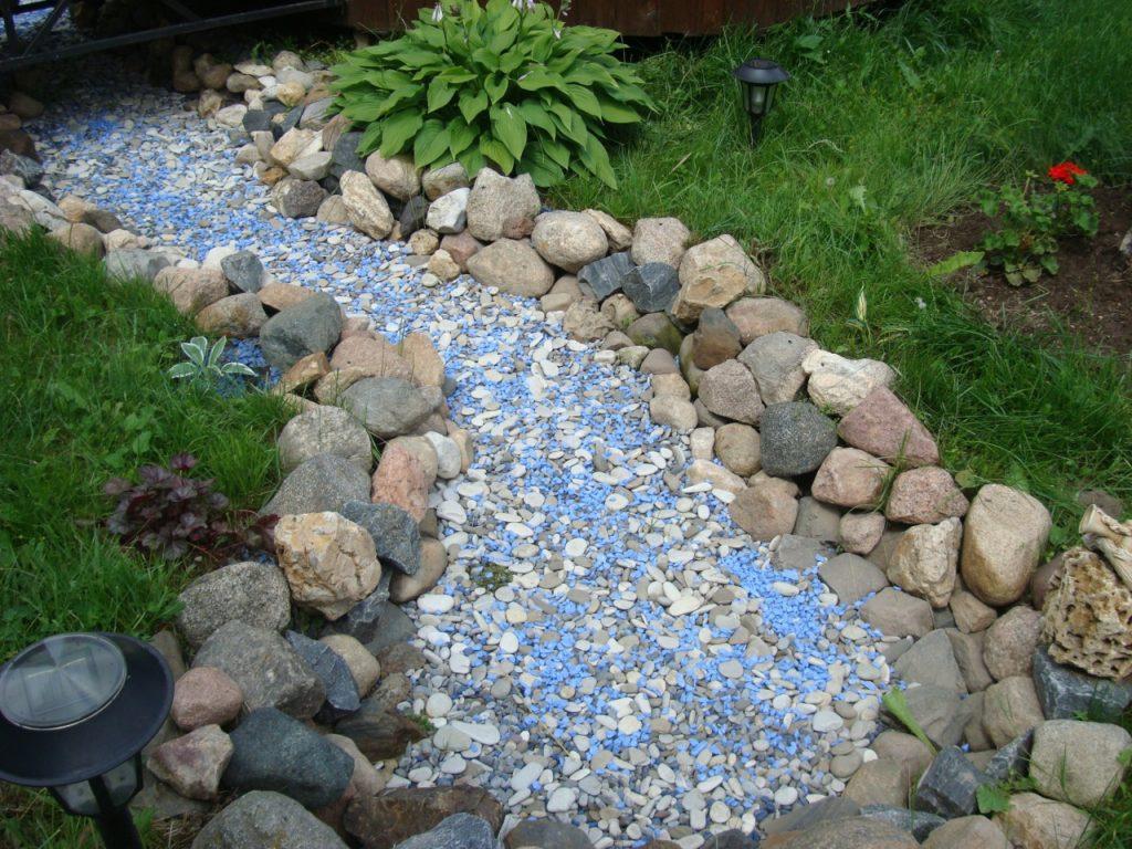 Сухой ручей с камнями голубого цвета